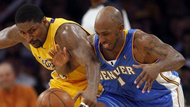 Basketbalista Denveru Chauncey Billups (vpravo) v souboji o míč s Ronem Artestem z Lakers