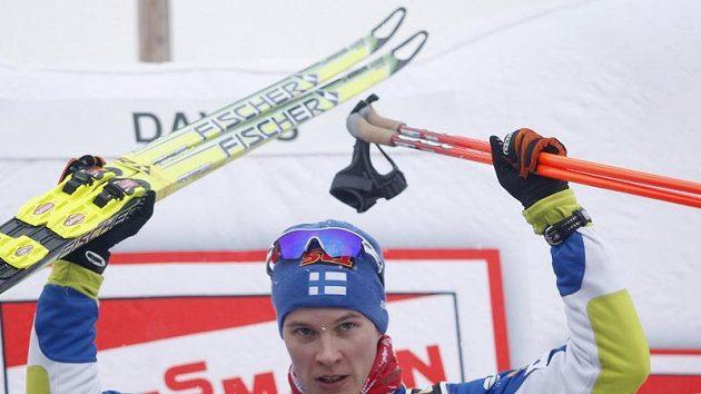 Finský běžec na lyžích Matti Heikkinen se raduje z vítězství po závodě Světového poháru v Davosu.