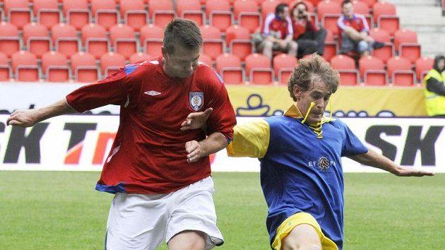 Pavel Kuka (vlevo) v souboji s Robertem Mussim při exhibici fotbalových internacionálů Legendy 2011.