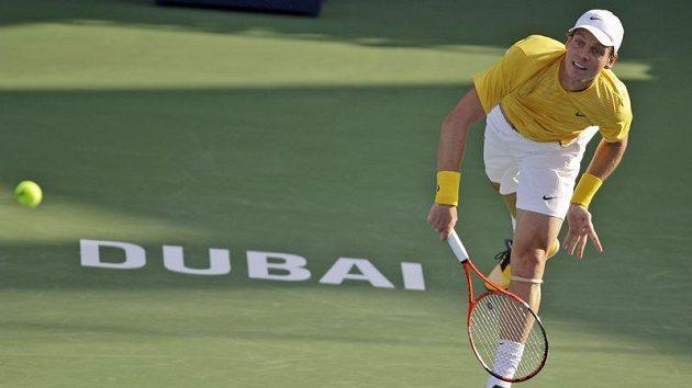 Tenista Tomáš Berdych servíruje na turnaji v Dubaji