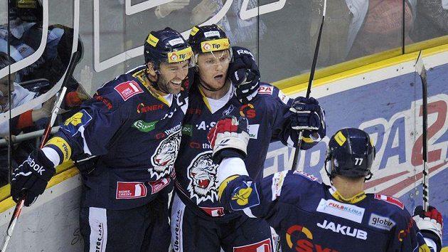 Petr Nedvěd z Liberce (vlevo) se raduje se spoluhráčem Milanem Bartovičem z branky.