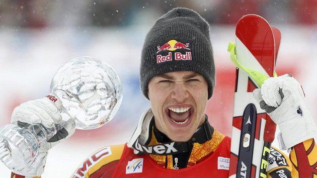 Kanaďan Erik Guay s křišťálovým glóbem.