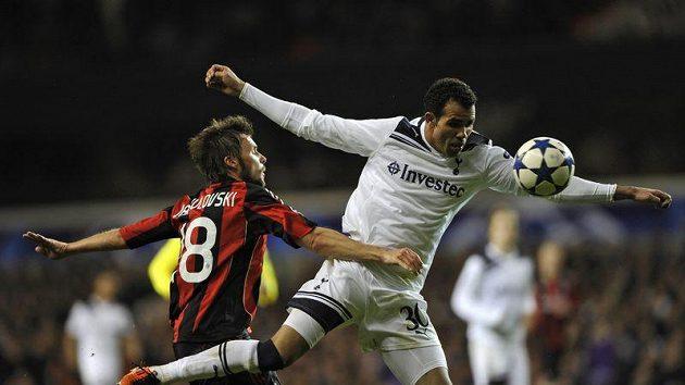 Sandro z Tottenhamu (vpravo) v souboji s milánským Markem Jankulovskim.