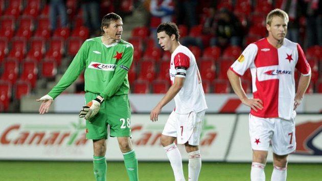 Brankář pražské Slavie Martin Vaniak (vlevo) gestikuluje ke svým spoluhráčům. Uprostřed stojí Martin Suchý, vpravo zklamaný Stanislav Vlček.