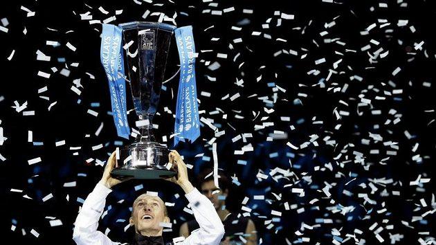 Ruský tenista Nikolaj Davyděnko oslavuje triumf na Turnaji mistrů v Londýně.