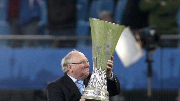 Německá fotbalová legenda Uwe Seeler s trofejí pro vítěze Evropské ligy.