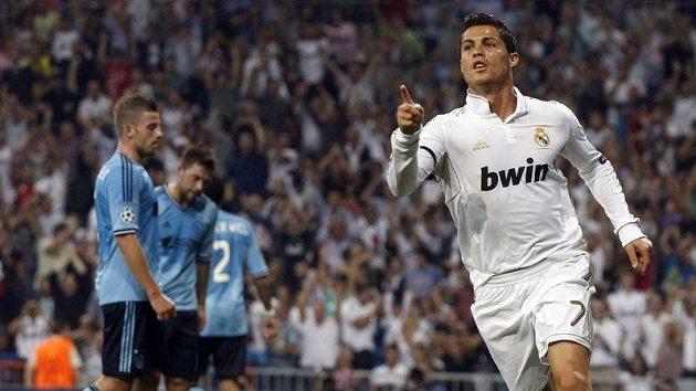 Cristiano Ronaldo oslavuje úvodní trefu Realu Madrid v utkání Ligy mistrů proti Ajaxu.