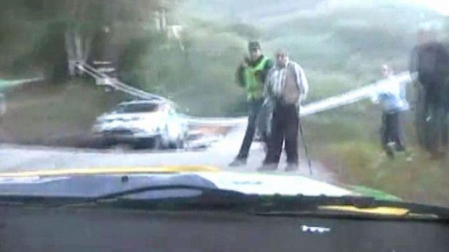 Pedro Peres míří přímo na dvojici mužů při Rallye de Mortágua.
