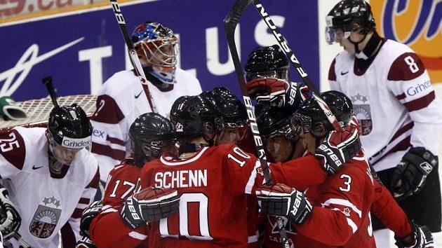 Kanadští hokejisté oslavují jednu ze svých šestnácti branek proti Lotyšsku