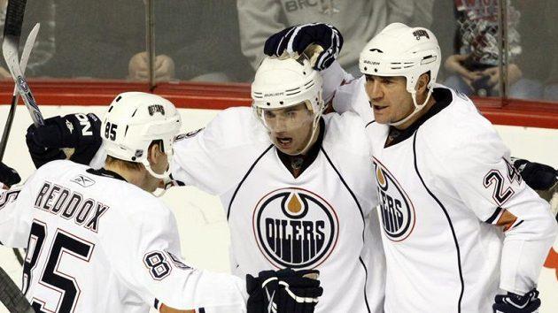 Hokejisté Edmontonu se radují z branky Andrewa Cogliana (uprostřed) proti Coloradu.