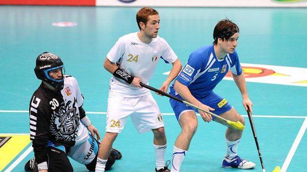 Český reprezentant Pavel Brus (vpravo) brání Remyho Horna před českým brankářem Davidem Rytychem (vlevo).