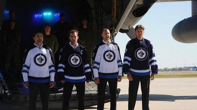 Hráči Winnipeg Jets pózují s novými dresy.