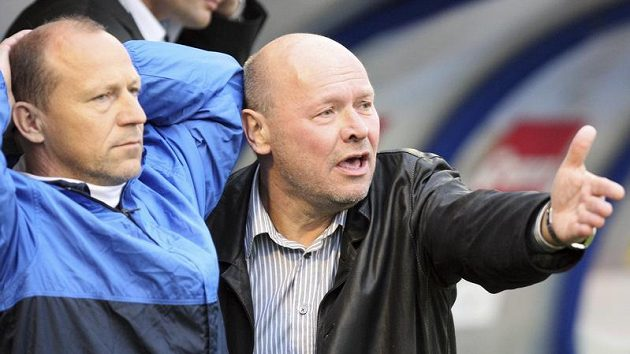 Rozčarovaný kouč Baníku Miroslav Koubek (vpravo) s asistentem Borisem Kočím poté, co jejich tým inkasoval v poslední minutě vyrovnávací gól od Mladé Boleslavi.