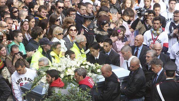 Rakev s tragicky zesnulým Marcem Simoncellim putuje do kostela, kde se s ním rozloučila italská veřejnost.