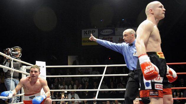 Lukáš Konečný (vpravo) porazil na galavečeru profesionálního boxu nazvaného Box pro Haiti Rumuna Ilieho k.o. ve čtvrtém kole.