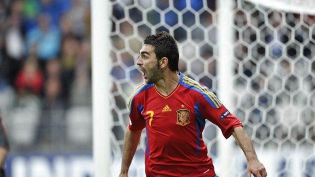 Španělský fotbalista do 21 let Adrián se raduje z branky do švýcarské sítě.