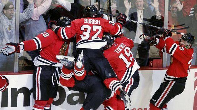 Hokejisté Chicaga se radují z výhry v třetím zápase série se San Jose.