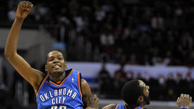 Basketbalisté Oklahomy Kevin Durant a James Harden se radují po vstřeleném koši Los Angeles.