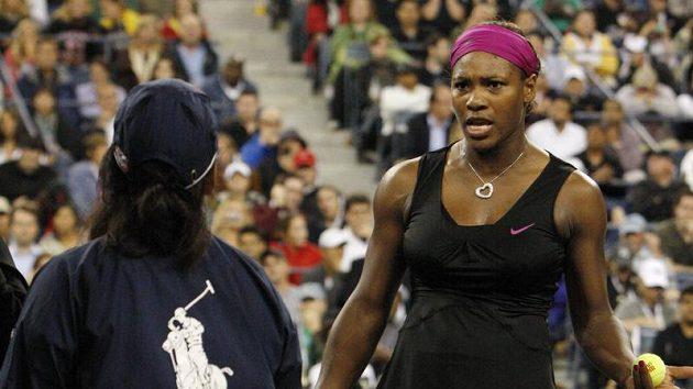 Americká tenistka Serena Williamsová (vpravo) hovoří s čárovou rozhodčí, která podle Williamsové chybovala.