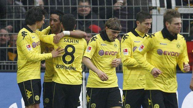 Fotbalisté Dortmundu se radují z branky.