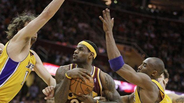 LeBron James (23) z Clevelandu nastřílel Lakers 37 bodů.