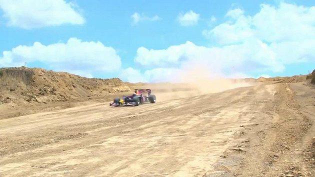 David Coulthard v Austinu prohnal monopost Red Bull v podmínkách, které spíš seděly rallyeovým speciálům.