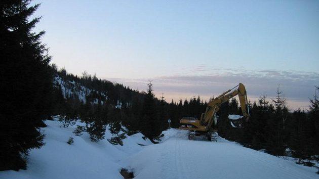 Bagry odváží sníh z chráněné lokality na Jizerce a z Jizerské magistrály - ilustrační fotografie.