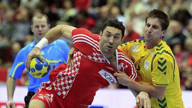 Chorvat Blaženko Lackovič (vlevo) se snaží prosadit přes Michaela Thomase z Austrálie