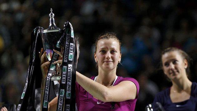 Tenistka Petra Kvitová s trofejí pro vítězku Turnaje mistryň. V pozadí poražená finalistka Viktoria Azarenková z Běloruska.