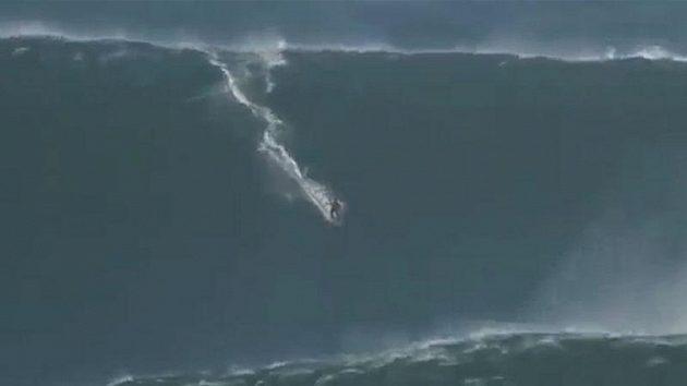 Surfař sjel rekordní obří vlnu