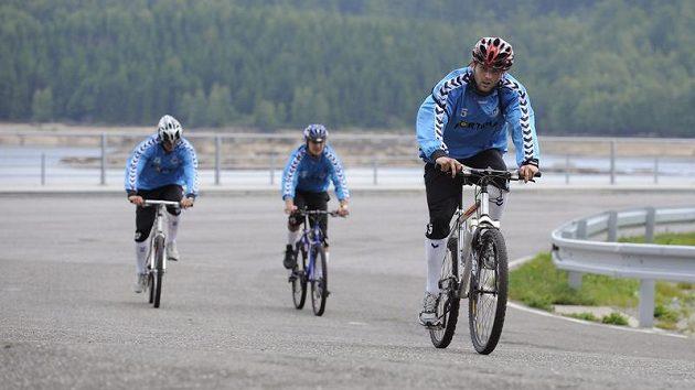 Liberecký útočník Andrej Kerič (vpředu) spolu se svými spoluhráči na kolech během letního soustředění v Hraběticích