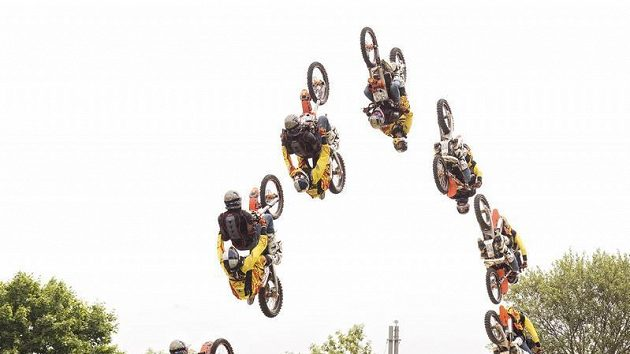 Freestylový motocyklista Petr Pilát (ve žlutém) a letecký pilot Martin Šonka během tandemového skoku na motorce.
