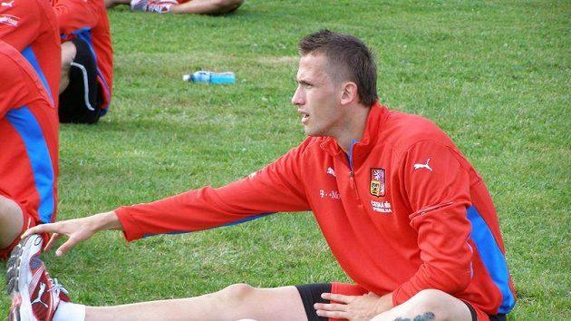 Tomáš Pekhart se protahuje po tréninku české jednadvacítky v dánském Viborgu.