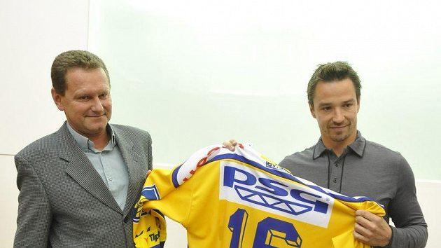 Petr Čajánek se stal novou posilou extraligového Zlína. Vlevo prezident klubu Miroslav Adámek.