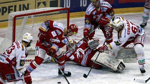Brankář Třince Peter Hamerlík se v leže snaží zastavit kotouč. Tomáš Svoboda ze Slavie (vlevo) jej však do sítě dostal.