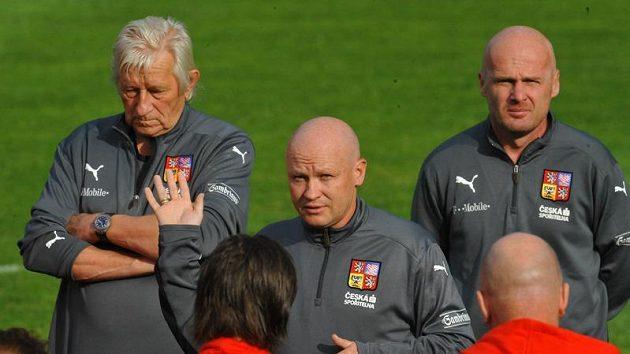 Zleva poradce Karel Brückner, trenér Ivan Hašek a asistent Michal Bílek při tréninku fotbalové reprezentace v Kunicích