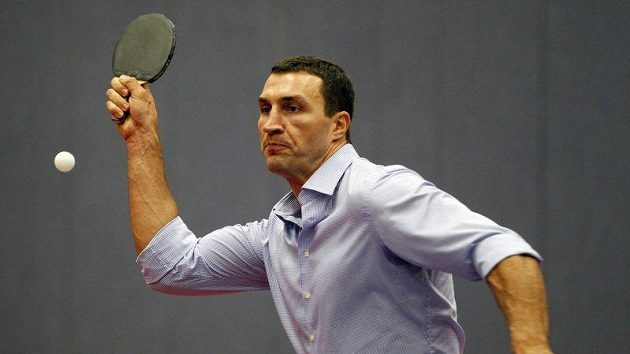 Vladimir Kličko vyměnil na chvíli boxerské rukavice za ping pong.