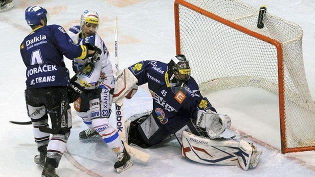 Vítkovický gólman Roman Málek (vpravo) zasahuje. Na ledě Pardubic udržel podruhé v semifinálové sérii čisté konto.