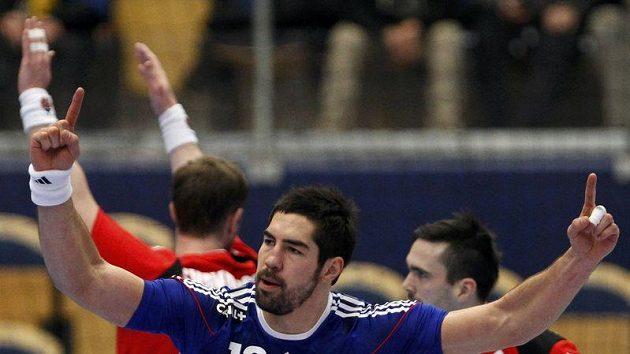 Francouzský házenkář Nikola Karabatic oslavuje během utkání s Islandem.