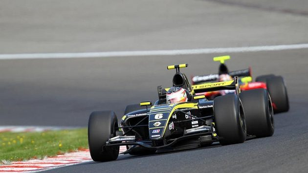 Jan Charouz (6) při závodu Světové série Renault ve Spa.