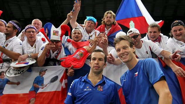 Radek Štěpánek (vlevo) a Tomáš Berdych se radují s fanoušky z výhry ve čtyřhře