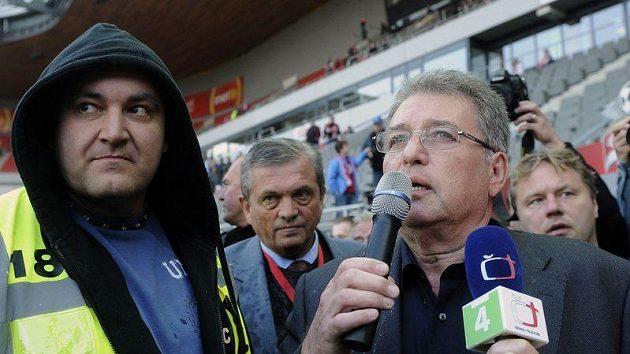 Ředitel Slavie Miroslav Platil (vpravo) vystoupil mezi fanoušky, ti se ho pokusili napadnout
