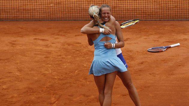 Lucie Hradecká (vpravo) a Andrea Hlaváčková po vítězství ve finále Roland Garros ve čtyřhře.