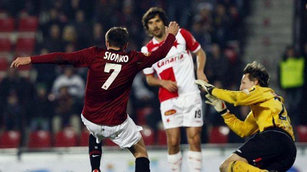 Libor Sionko ze Sparty (vlevo) se snaží prostřelit brankář Slavie Martina Vaniaka v odvetě čtvtfinále Ondrášovka Cupu.