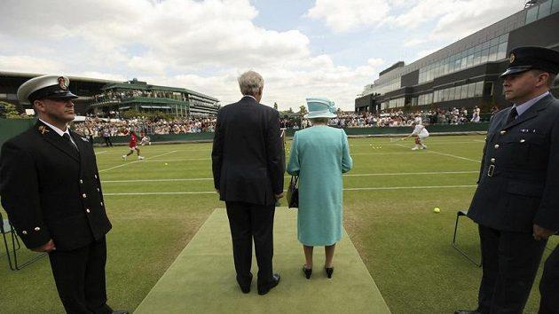 Britská královna Alžběta na trávníku slavného Wimbledonu