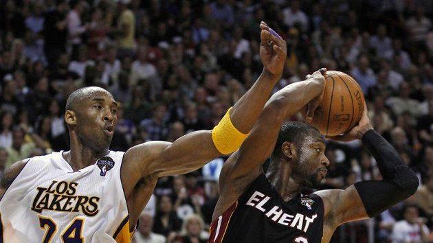 Rozhodující chvíle zápasu: Dwyane Wade (vpravo) sebral těsně před závěrečnou sirénou míč Kobe Bryantovi, přihrál LeBronu Jamesovi a ten se nemýlil.