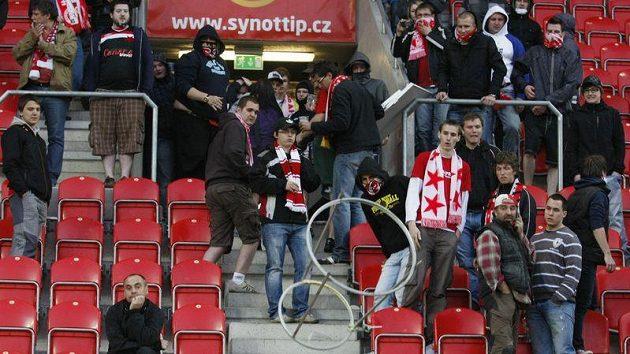 Fanoušci fotbalistů Slavie při protestu v Edenu.