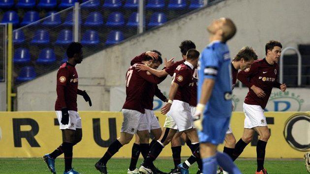 Fotbalisté Sparty se radují z prvního gólu Jana Holendy (druhý zleva).