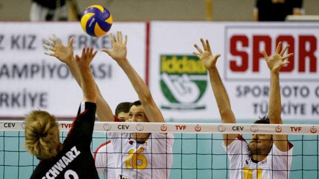 Španělé García Torres (uprostřed) a Miguel Falasca (vpravo) se snaží blokovat Němce Sebastiana Schwarze.