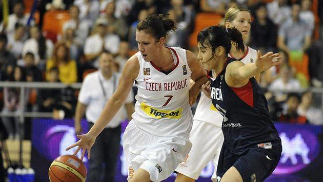 Česká basketbalistka Edita Šujanová (vlevo) se snaží obejít Korejku Kim Tan-pi v osmifinále mistrovství světa.